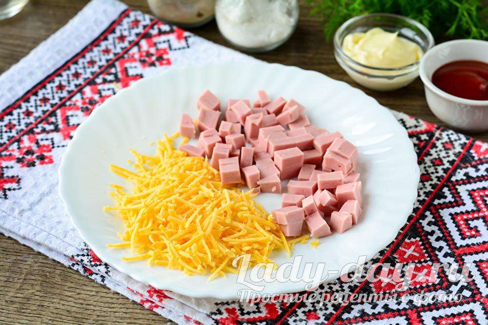 нарезать колбасу и натереть сыр