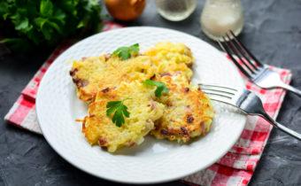 Картофельные драники с колбасой на сковороде