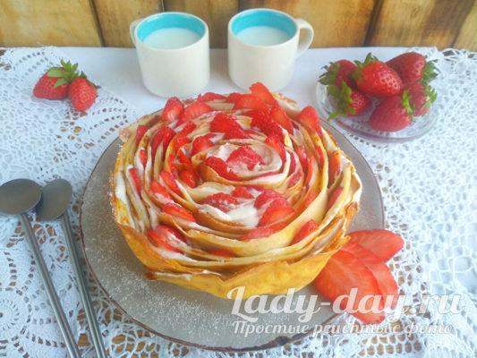 блинный торт со сметанным кремоми и клубникой