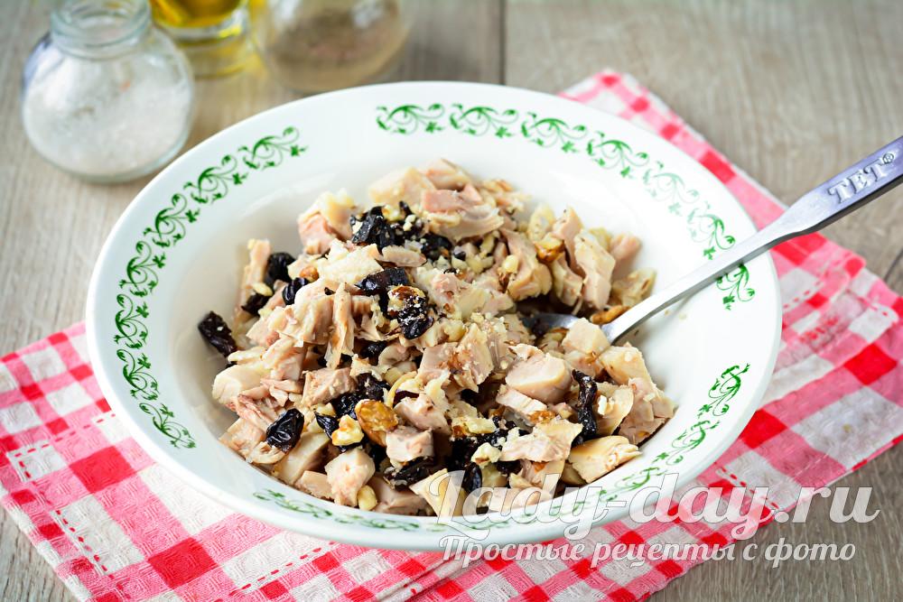 соединить орехи, курицу и чернослив