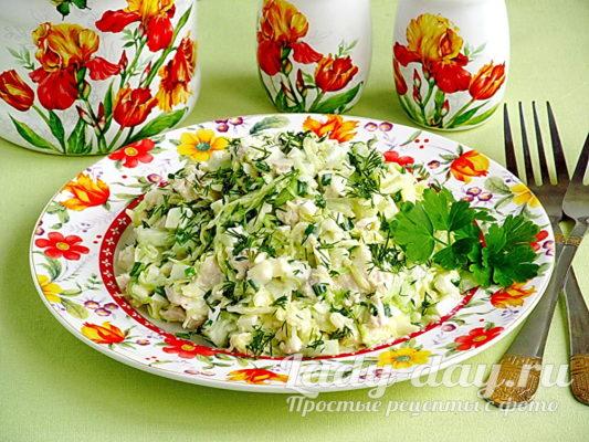 салат из свежей капусты с курицей и огурцами