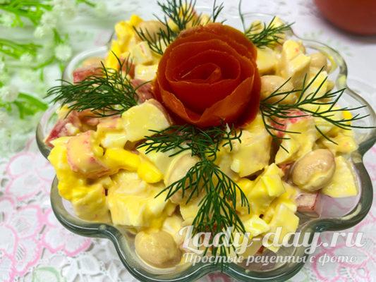 салат с курицей, фасолью и крабовыми палочками