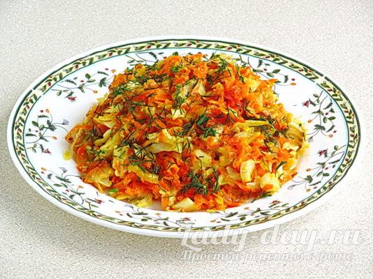 Минтай тушеный с овощами и сметаной