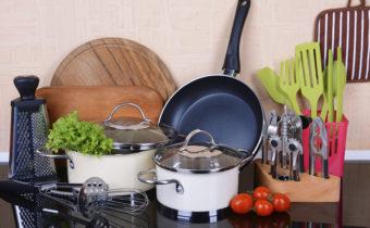 Кухонная посуда на столе