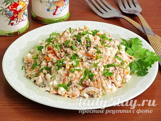 Салат из рыбных консервов с солеными огурцами и яйцами